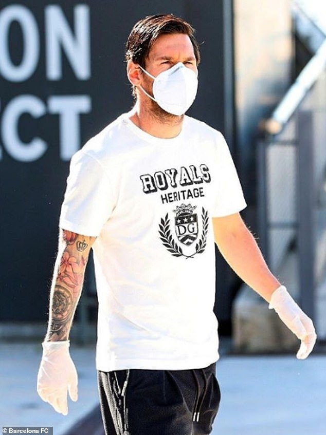 28073798 0 Lionel Messi wears a protective mask and gloves on his return to a 100 1588774781079